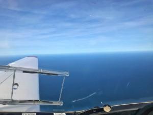 Blick über die linke und rechte Fläche des doppelsitzigen Reisemotorseglers während des Fluges über die Nordsee